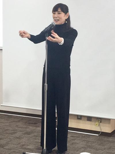 健康で美しくいるための体操を実践してくれた秋野暢子さん