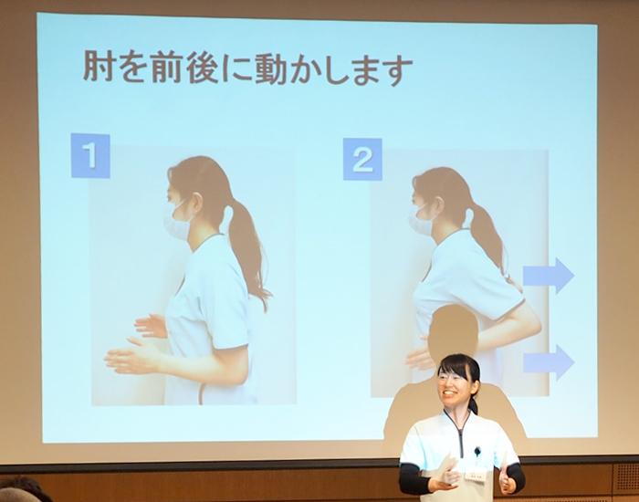 「肩こり改善ストレッチ」の方法を説明した写真