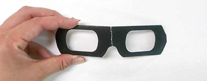 スヌーズレンのショールーム「ブラックルーム」で使用する紙製の3Dメガネ