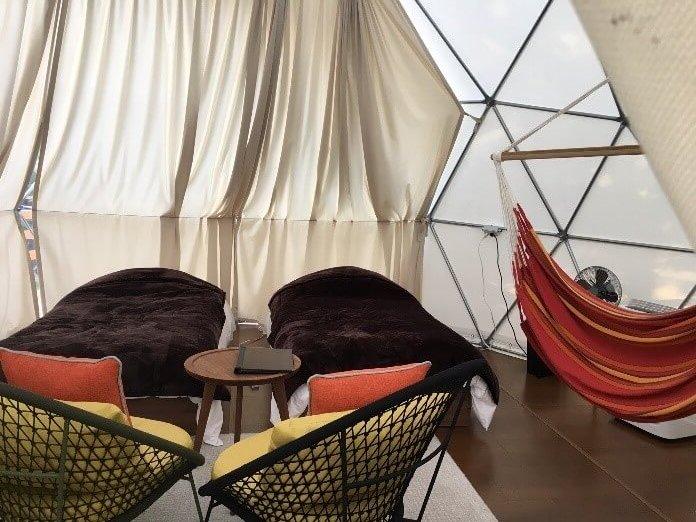 ハンモックやアメニティーも豊富なテント内